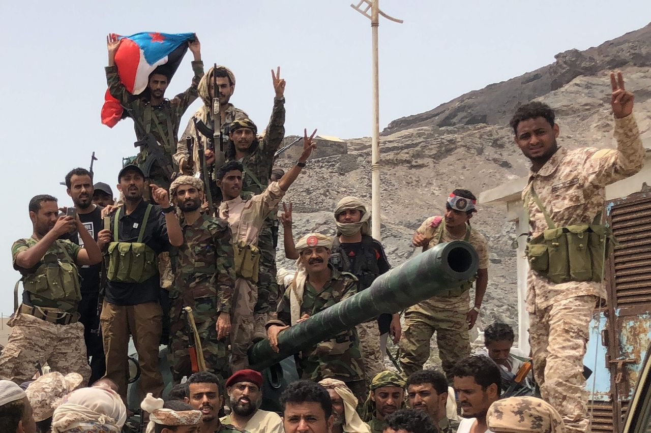 The Yemeni Government begins to suspend its operations in Aden after the separatist coup