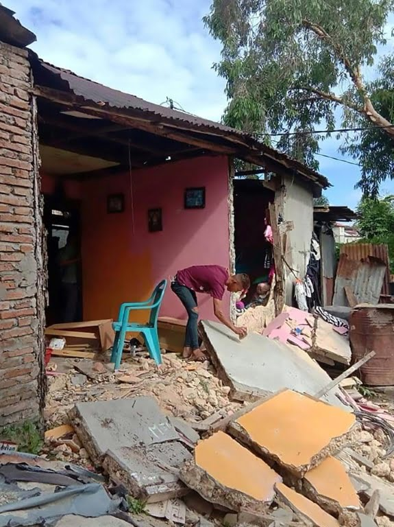 At least two killed by a 6.5 earthquake in eastern Indonesia