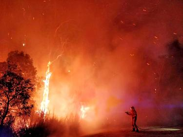 Hundreds of people flee their homes in the face of forest fires in Australia