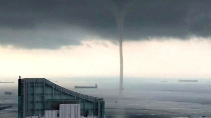 Mini waterspout emerges in Florida pool