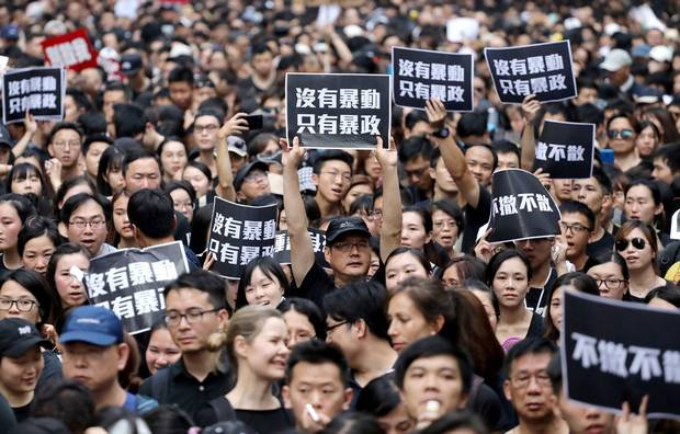 Tens of thousands of opponents challenge the ban on demonstration by Hong Kong authorities