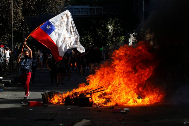 At least three dead during protests against the rise of the subway in Santiago, Chile