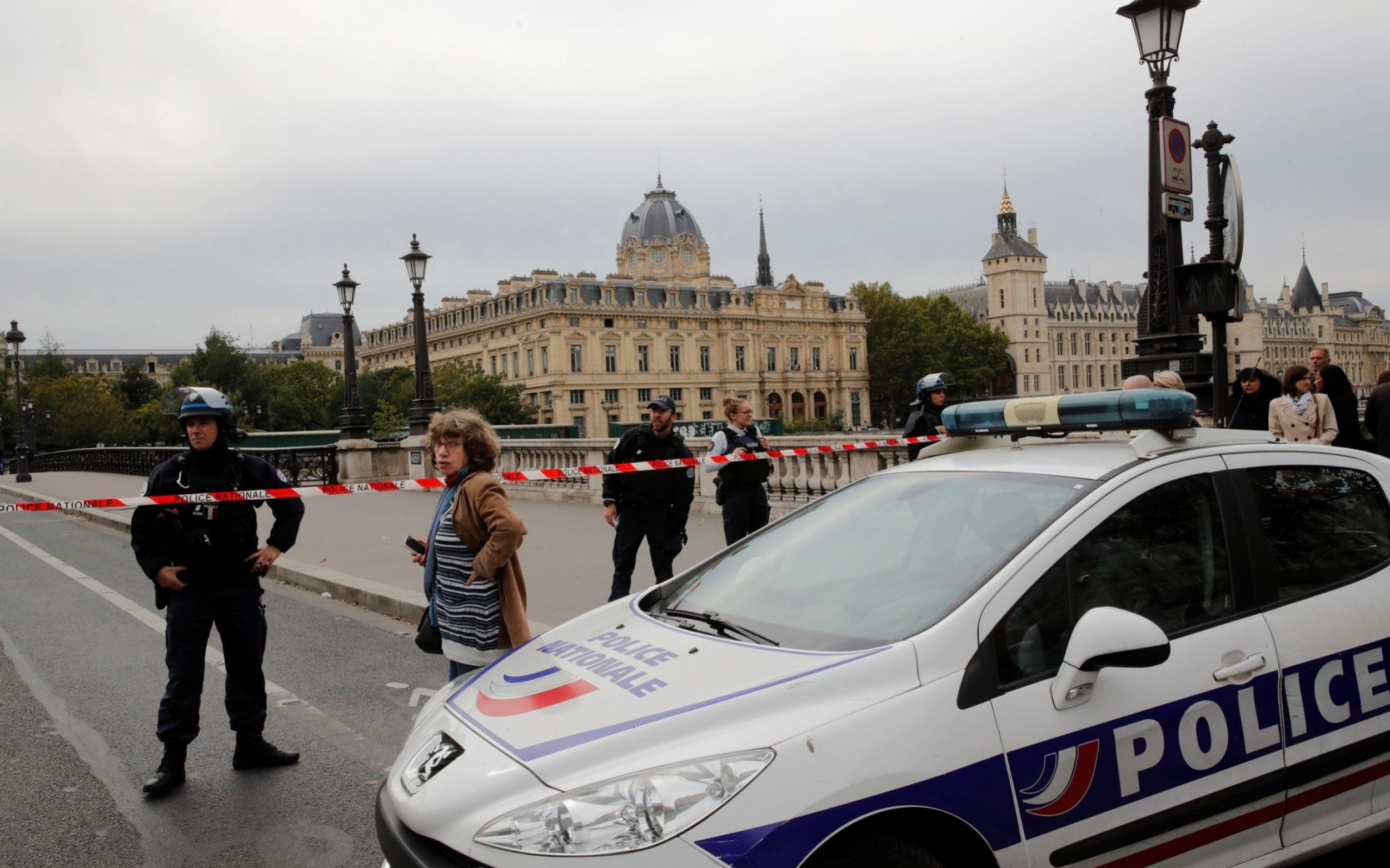 At least two injured police officers, one of them seriously, in a knife attack in Paris