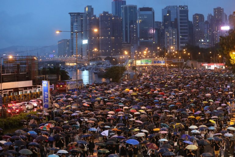 """Hundreds of activists cry for the """"liberation"""" of Hong Kong in front of the High Court"""