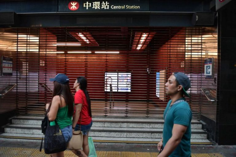 "The Hong Kong subway network suspends all its services due to acts of ""vandalism"""