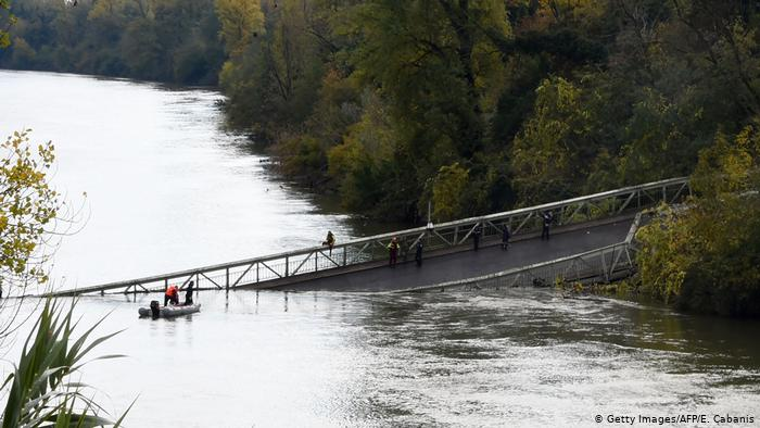 At least one person dies after a bridge collapses near Toulouse (France)