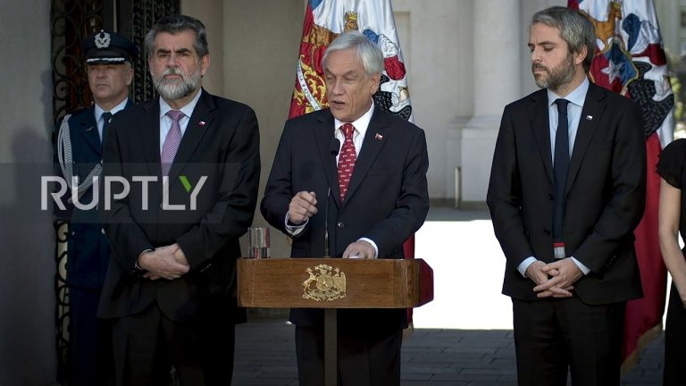 Piñera announces legal changes to combat barricades, looting and the hooded