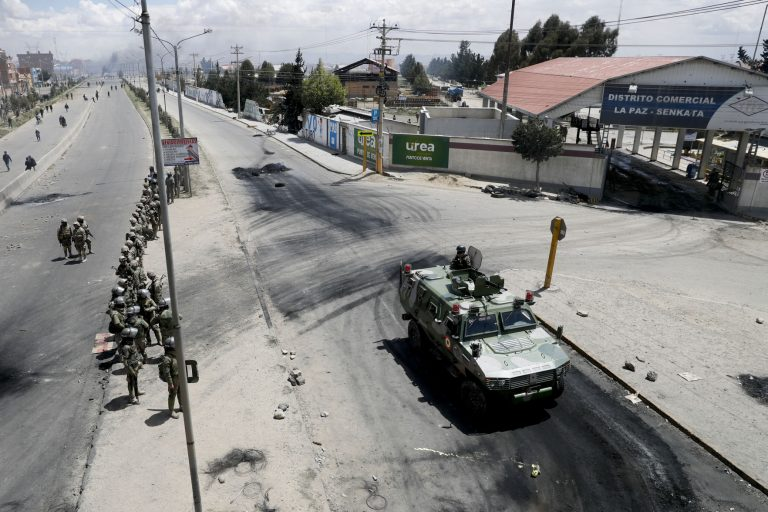 The exit of a convoy from the Senkata hydrocarbons plant (Bolivia) leaves at least six dead