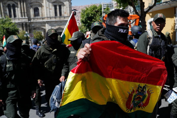 The police forces that guard the headquarters of the Presidency of Bolivia decide to mutiny