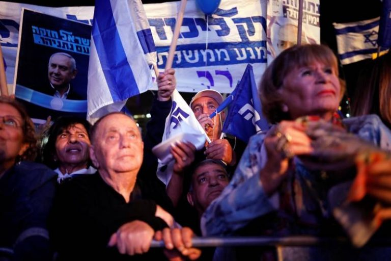 Thousands of people demonstrate in favor of Netanyahu after his imputation for corruption in Israel
