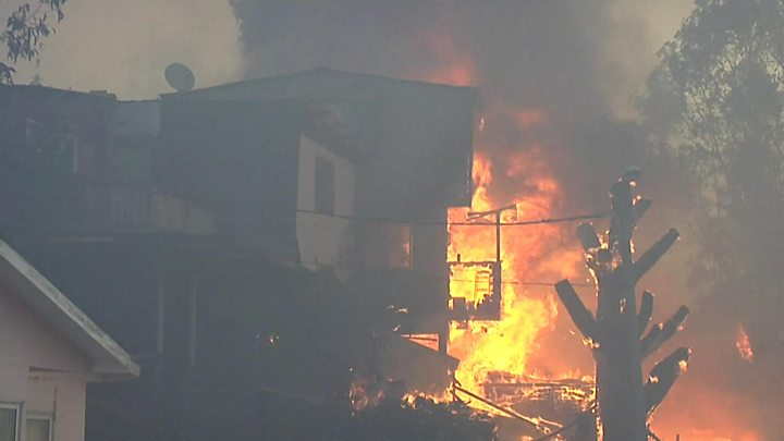 A fire in the Chilean city of Valparaíso destroys dozens of homes