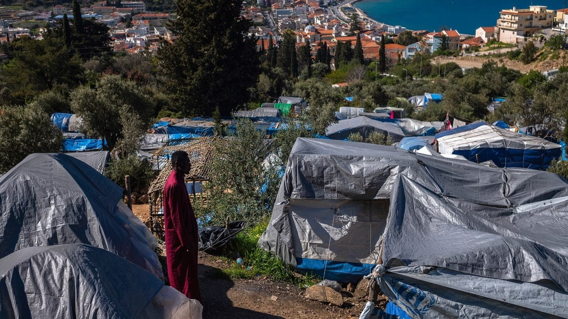Greek police repress a protest of migrants on the island of Samos