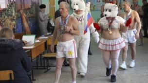 Russia election: Food and 'polar bears' in polling stations