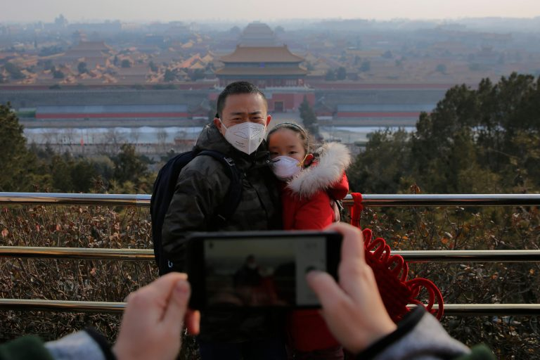 The Chinese government deploys another 1,600 doctors in the center of the country to contain the coronavirus