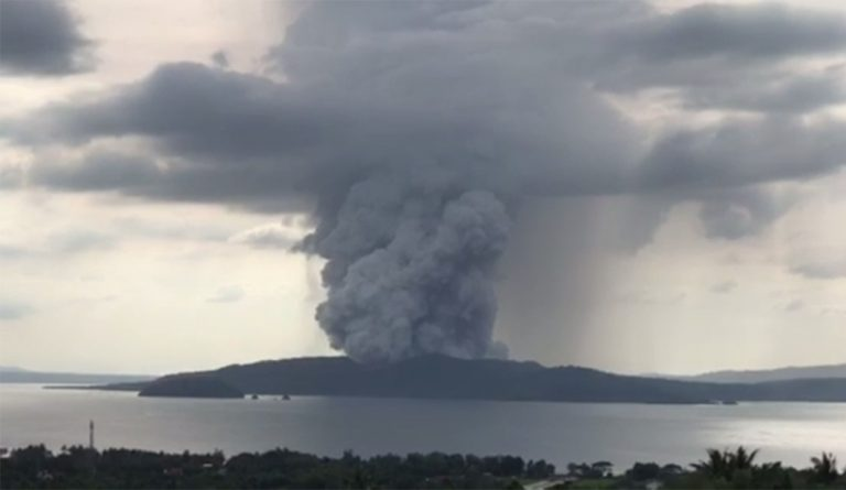 The Taal volcano reduces its activity although the alert is maintained due to the risk of explosive eruption