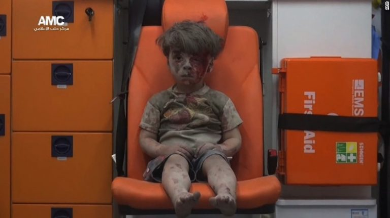 Two children die in a bombing blamed on Russian planes in the province of Aleppo (Syria)
