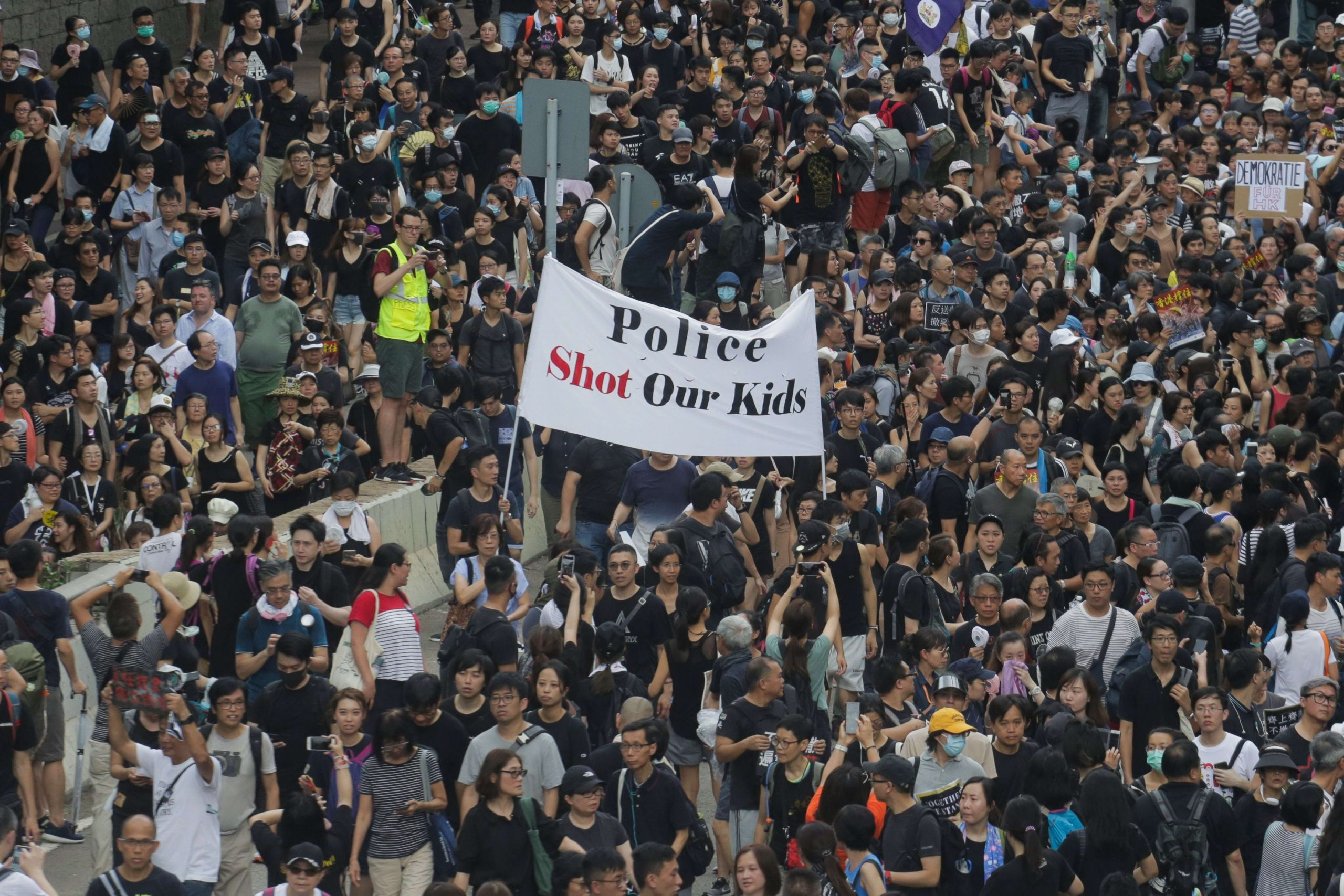 Hong Kong Police detain 60 people in the framework of the protests
