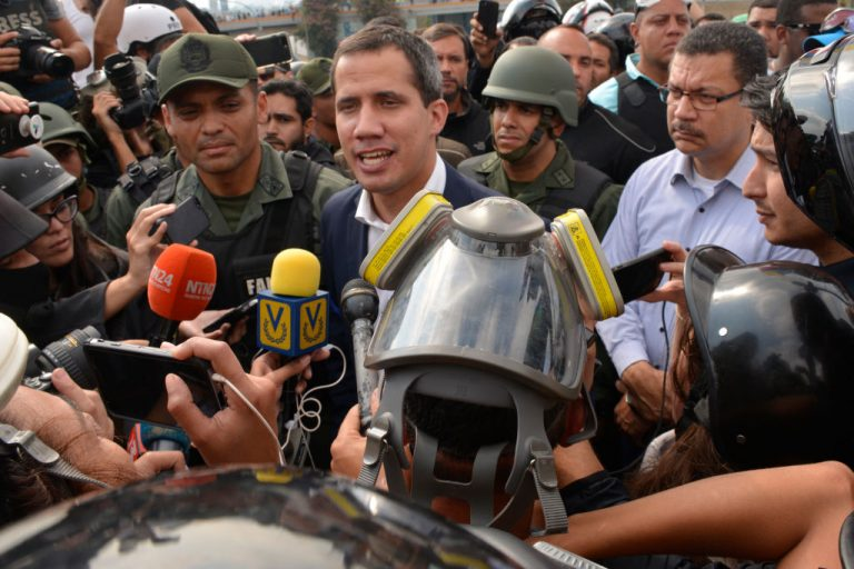 Maduro announces surprise military maneuvers to keep the troops on alert