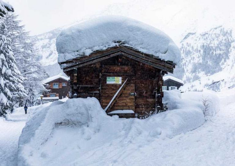 13,000 Tourists Stranded in a Swiss Ski Resort for 2 Days
