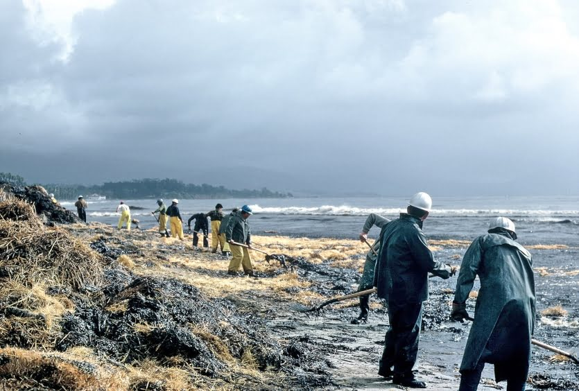 Huge Oil Spill Spreads in East China Sea, Stirring Environmental Fears