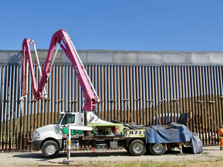 An appeals court empowers Trump to use military means to build the wall with Mexico