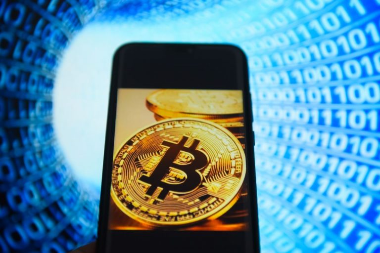 As US banks run out of currencies, Bitcoin continues to advance