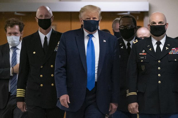 Trump appears for the first time with a mask when he visits a military medical center