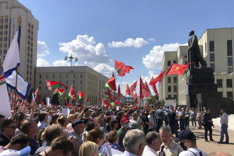 The opponents and supporters of Lukashenko ended the days of tension with great marches in Minsk