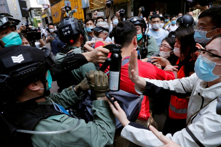 """The United States shows its """"outrage"""" at the arrest of 80 protesters in Hong Kong"""