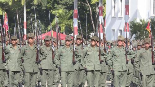 The Venezuelan army is holding four people with long weapons near the border with Colombia
