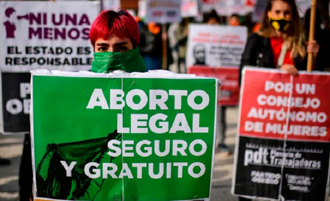 Thousands of Argentinians protest against the project to legalize abortions