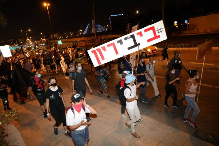 Thousands of people take to the streets again against Netanyahu in Israel